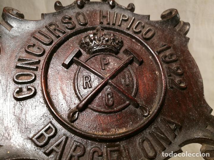 Coleccionismo deportivo: METOPA TALLA EN MADERA CAOBA ORIGINAL DEL REAL POLO JOCKEY CLUB DE BARCELONA. CONCURSO HIPICO 1922 - Foto 5 - 101400031