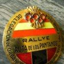 Coleccionismo deportivo: RALLYE RUTA DE LOS PANTANOS,1964,DELEGACION ORGANIZACIONES DEL MOVIMIENTO,ESMALTADA,BONITA,45 MM. Lote 105031707