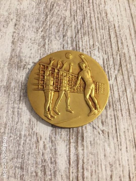 MEDALLON MEDALLA FEDERACION ESPAÑOLA BALON VOLEA (F E B V) AÑO 1967-68 (Coleccionismo Deportivo - Medallas, Monedas y Trofeos - Otros deportes)