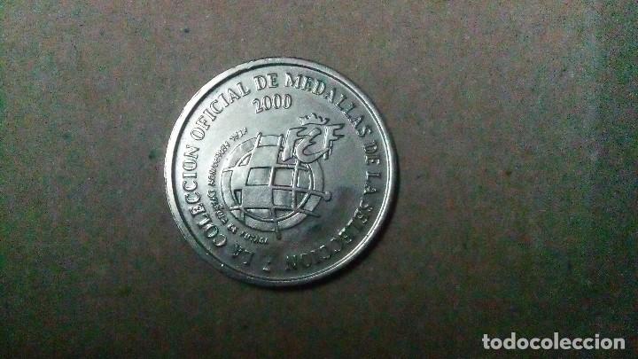 Coleccionismo deportivo: Medalla de la selección de fútbol del año 2000 colección oficial urzaiz , delantero - Foto 2 - 109184871