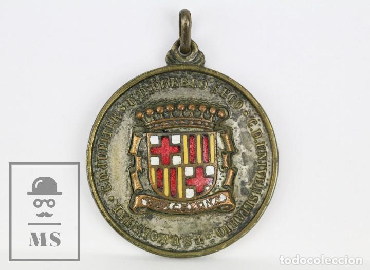 MEDALLA ESMALTADA CD JUPITER / UD PUEBLO SECO / CD UNIVERSITARIO BARCELONA - TORMEO JUVENIL, 1954 (Coleccionismo Deportivo - Medallas, Monedas y Trofeos - Otros deportes)