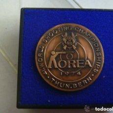 Coleccionismo deportivo: MEDALLA DE BRONCE DE LOS CAMPEONATOS DE TIRO DE COREA 1974 , EN SU CAJA. Lote 109821771