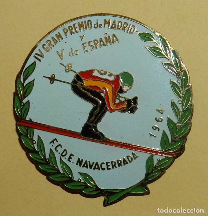 ANTIGUA INSIGNIA ESMALTADA DE LA FEDERACION CASTELLANA DE ESQUI, NAVACERRADA 1964, IV GRAN PREMIO D (Coleccionismo Deportivo - Medallas, Monedas y Trofeos - Otros deportes)