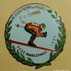 Coleccionismo deportivo: ANTIGUA INSIGNIA ESMALTADA DE LA FEDERACION CASTELLANA DE ESQUI, NAVACERRADA 1964, IV GRAN PREMIO D. Lote 113648587