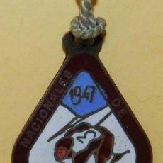 Coleccionismo deportivo: ANTIGUA MEDALLA ESMALTADA DE ESQUI, LA MOLINA, CAMPEONATOS NACIONALES DE ESQUI 1947, MIDE 5,3 X 2,9 . Lote 114961747