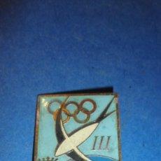 Coleccionismo deportivo: ANTIGUA INSIGNIA MEDALLA SOLAPERA III SALON INTERNACIONAL TURISMO Y DEPORTE BARCELONA 1962 - 4,5X3 C. Lote 118432795