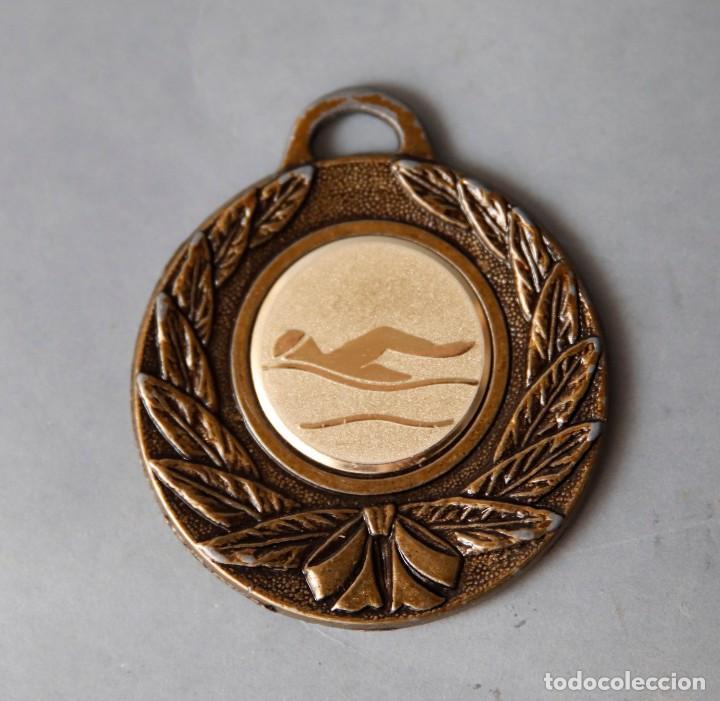 MEDALLA DE CURSILLO NATACIÓN CLUB DE CAMPO ELDA 2001 (Coleccionismo Deportivo - Medallas, Monedas y Trofeos - Otros deportes)