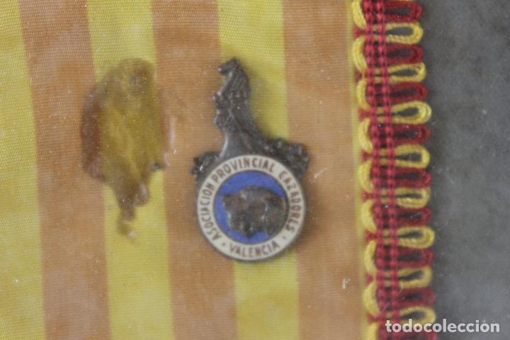 Coleccionismo deportivo: CUADRO CON PIN Y BANDERIN DISTINCION ASOCIACION PROVINCIAL CAZADORES, VALENCIA - Foto 2 - 126436211