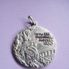 Coleccionismo deportivo: MEDALLA CONMEMORATIVA JUEGOS OLÍMPICOS MOSCÚ - OLIMPIADAS 1980 - SIMIL PLATA. Lote 126755043