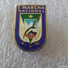 Coleccionismo deportivo: INSIGNIA ESQUI I MARCHA NACIONAL F.E.M. GRUPO DE VETERANOS.. Lote 128155792