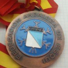 Coleccionismo deportivo: MEDALLA FEDERACIÓN ANDALUZA DE ESQUÍ. Lote 129466555