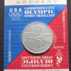 Coleccionismo deportivo: JUEGOS OLIMPICOS ATLANTA 1996 - MEDALLA CONMEMORATIVA TIRO CON ARCO / ARCHERY EN ENVASE ORIGINAL. Lote 130899568