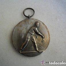 Coleccionismo deportivo: MEDALLA EN METAL PLATEADO DE TENIS - ANTIGUA. Lote 135725451