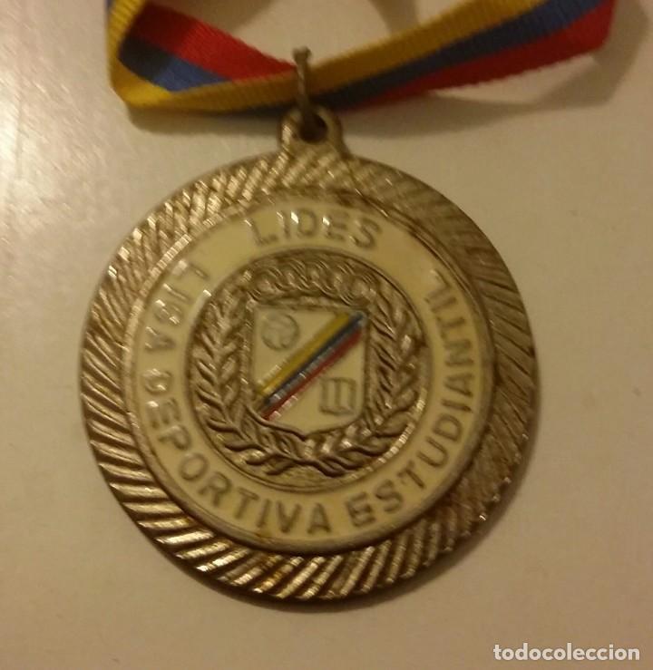 MEDALLA LIDES. LIGA DEPORTIVA ESTUDIANTIL. VINTAGE. SUB CAMPEÓN CON CINTA TRICOLOR DE VENEZUELA (Coleccionismo Deportivo - Medallas, Monedas y Trofeos - Otros deportes)