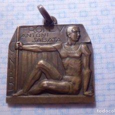 Coleccionismo deportivo: BONITA Y ANTIGUA MEDALLA DE COBRE DE CLUB NATACIÓN - TROFEV ANTONI SABATA 1933 - C. N. B. BARCELONA. Lote 144670110