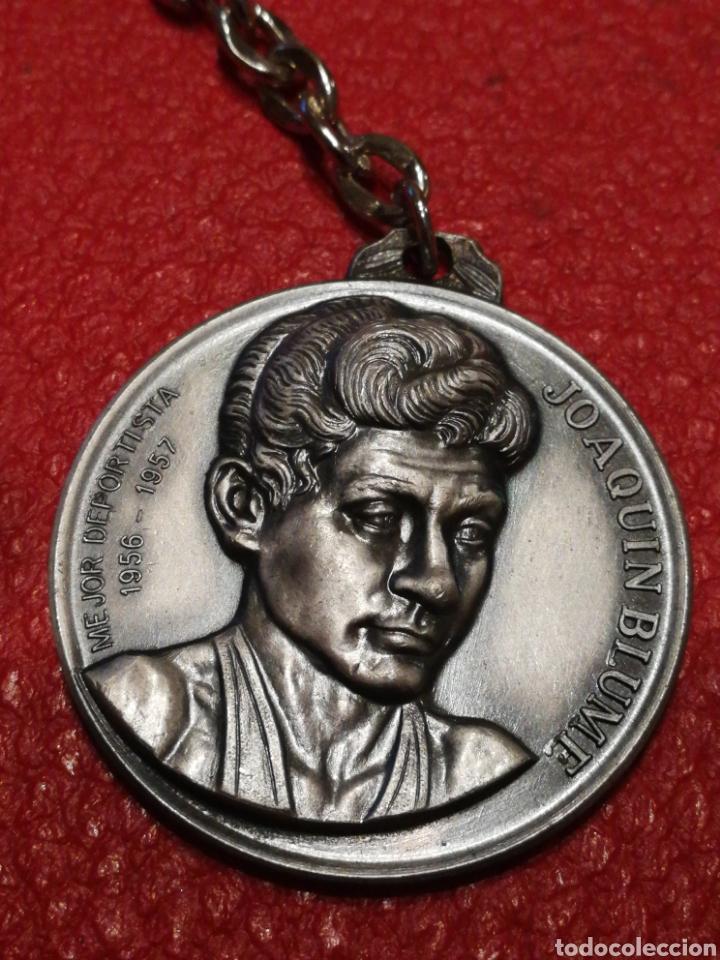 LLAVERO JOAQUÍN BLUME- MEJOR DEPORTISTA 1956-57, CAMPEÓN DE CAMPEONES,1975. MUNDO DEPORTIVO. (Coleccionismo Deportivo - Medallas, Monedas y Trofeos - Otros deportes)