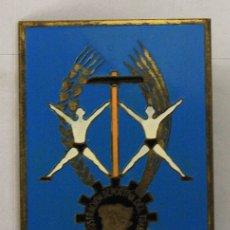 Coleccionismo deportivo: CHAPA EDUCACION Y DESCANSO. DEMOSTRACION DEPORTIVA DEL TRABAJO. AÑO 1961. Lote 148143422