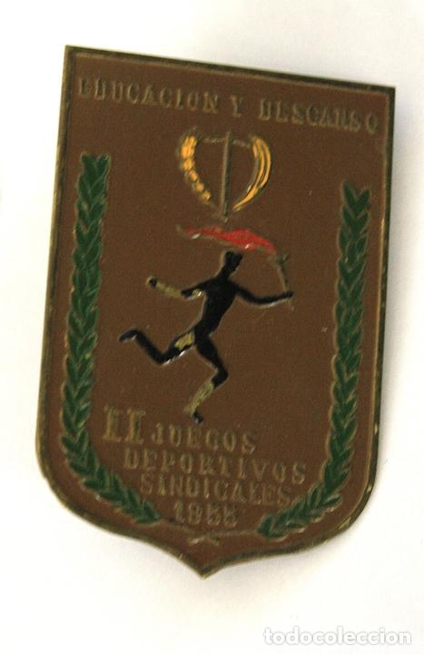 CHAPA EDUCACION Y DESCANSO. II JUEGOS DEPORTIVOS SINDICALES. AÑO 1955 (Coleccionismo Deportivo - Medallas, Monedas y Trofeos - Otros deportes)