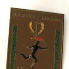 Coleccionismo deportivo: CHAPA EDUCACION Y DESCANSO. II JUEGOS DEPORTIVOS SINDICALES. AÑO 1955. Lote 148143724
