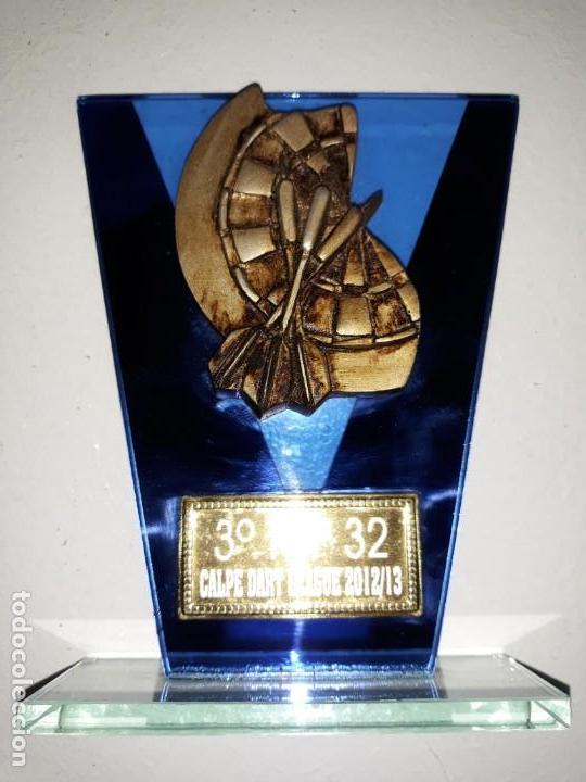 COPA TROFEO DE DARDOS 3º TOP 32 CALP CALPE DART LEAGUE 2012-13. CRISTAL DIANA TRES DARDOS 14 CM ALTO (Coleccionismo Deportivo - Medallas, Monedas y Trofeos - Otros deportes)