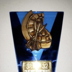 Coleccionismo deportivo: COPA TROFEO DE DARDOS 3º TOP 32 CALP CALPE DART LEAGUE 2012-13. CRISTAL DIANA TRES DARDOS 14 CM ALTO. Lote 152482838