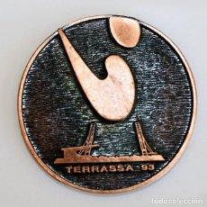 Coleccionismo deportivo: HOCKEY JUNIOR - WORLD CUP - TERRASSA 93 - ANTIGUA MEDALLA - Ø 61 MM.. Lote 155458054