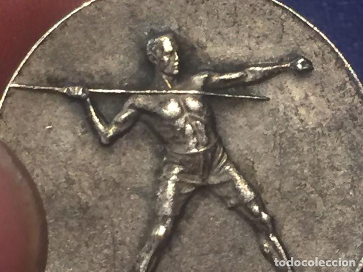 Coleccionismo deportivo: medalla metal plateado años 20 30 huguenin jabalina atletismo francia suiza 29mm - Foto 3 - 156564814