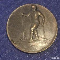 Coleccionismo deportivo: MEDALLA METAL BRONCE AÑOS 20 1927 HUGUENIN ESQUI DE FONDO CARRERA COMPETICION SUIZA 24MM. Lote 156565430