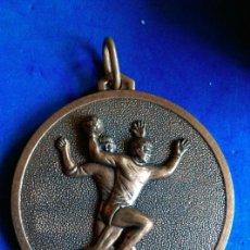 Coleccionismo deportivo: MEDALLA COLOR BRONCE CTO ESCOLAR TEMPORADA 73-74 C.N REUS PLOMS CLUB BALONMANO DEPORTES. Lote 163966829