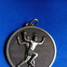Coleccionismo deportivo: MEDALLA COLOR PLATA CTO ESCOLAR TEMPORADA 73-74 C.N REUS PLOMS CLUB BALONMANO DEPORTES. Lote 163967124