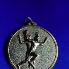 Coleccionismo deportivo: MEDALLA COLOR ORO CTO ESCOLAR TEMPORADA 73-74 C.N REUS PLOMS CLUB BALONMANO DEPORTES. Lote 163967440