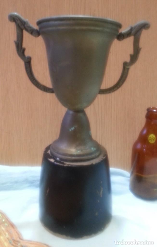 TROFEO ANTIGUO EN METAL CON BASE DE MADERA. (Coleccionismo Deportivo - Medallas, Monedas y Trofeos - Otros deportes)