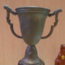Coleccionismo deportivo: TROFEO ANTIGUO EN METAL CON BASE DE MADERA.. Lote 166771118