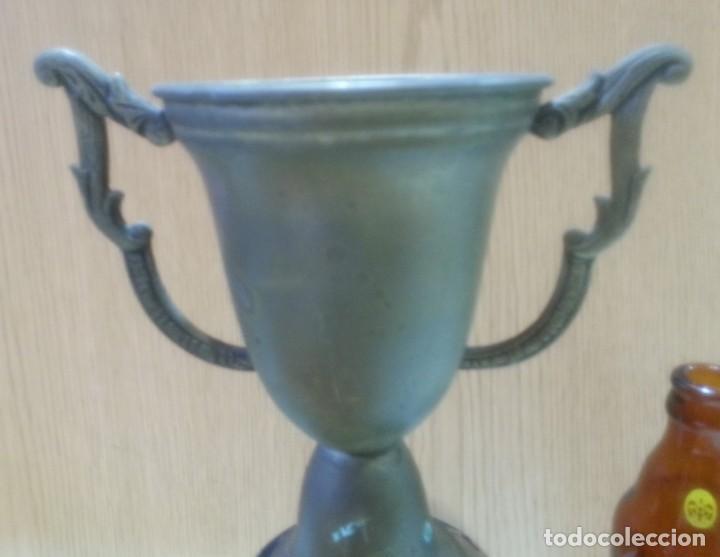 Coleccionismo deportivo: Trofeo antiguo en metal con base de madera. - Foto 2 - 166771118