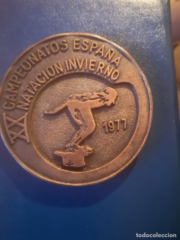 Coleccionismo deportivo: Medalla XX campeonato España natación invierno vigo 1977 - Foto 2 - 166954892