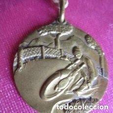 Coleccionismo deportivo: MEDALLA RALLYE PICOS DE EUROPA GIJON ASTURIAS AÑO 1955 MUY BONITA MOTO.. Lote 166959708