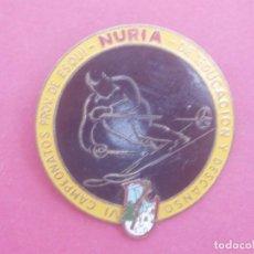 Coleccionismo deportivo: ANTIGUA INSIGNIA DE NURIA, IV CAMPEONATOS PROVINCIALES DE ESQUÍ, EDUCACIÓN Y DESCANSO, AÑOS 50.. Lote 168390116