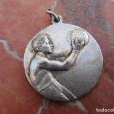 Coleccionismo deportivo: MEDALLA DE METAL PLATEADO AÑO 1936 BALONCESTO . Lote 168836152