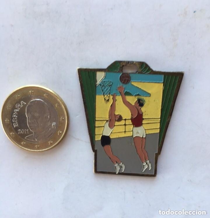 MEDALLA CAMPEONATO NACIONAL FRENTE DE JUVENTUDES (H.1948) METAL ESMALTADO. CAMPEONATO DE BALONCESTO (Coleccionismo Deportivo - Medallas, Monedas y Trofeos - Otros deportes)