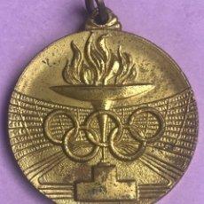 Coleccionismo deportivo: MEDALLA COPA DE ESPAÑA CAMPO DE TIRO SANTA MARIA DE LA VALL AÑO 1970 ANTORCHA OLIMPICA DORADA CAMPEO. Lote 180246571