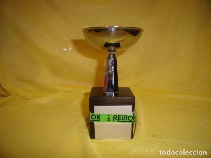 TROFEO ACERO INOXIDABLE 18/8 DE REINOX, AÑOS 80, PIE DE MADERA, NUEVO SIN USAR. (Coleccionismo Deportivo - Medallas, Monedas y Trofeos - Otros deportes)