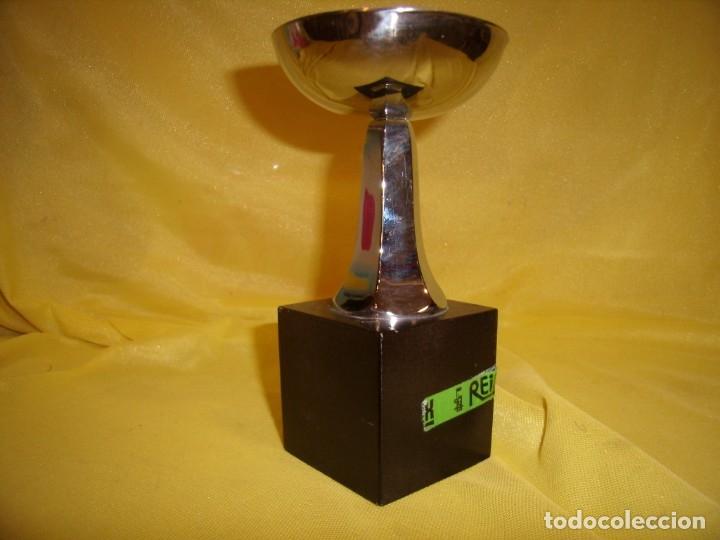 Coleccionismo deportivo: Trofeo acero inoxidable 18/8 de Reinox, años 80, pie de madera, Nuevo sin usar. - Foto 5 - 182961386