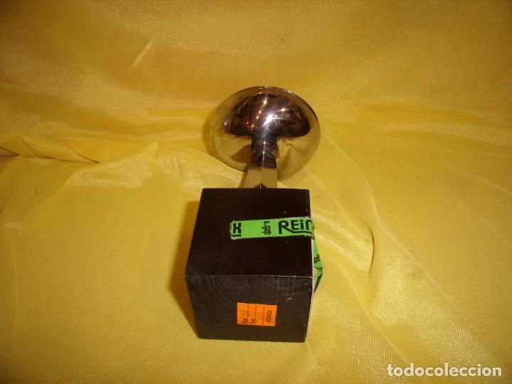 Coleccionismo deportivo: Trofeo acero inoxidable 18/8 de Reinox, años 80, pie de madera, Nuevo sin usar. - Foto 6 - 182961482