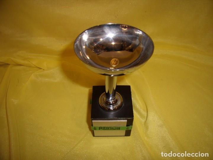 Coleccionismo deportivo: Trofeo acero inoxidable 18/8 de Reinox, años 80, pie de madera, Nuevo sin usar. - Foto 2 - 182961782