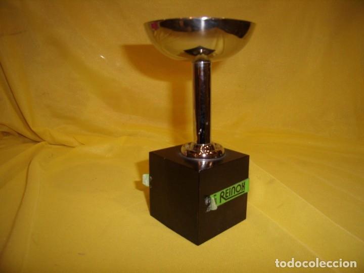 Coleccionismo deportivo: Trofeo acero inoxidable 18/8 de Reinox, años 80, pie de madera, Nuevo sin usar. - Foto 3 - 182961782