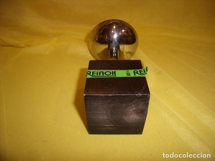 Coleccionismo deportivo: Trofeo acero inoxidable 18/8 de Reinox, años 80, pie de madera, Nuevo sin usar. - Foto 5 - 182961782