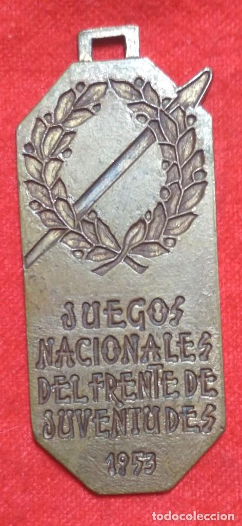 Coleccionismo deportivo: MEDALLA DE LOS JUEGOS NACIONALES DEL FRENTE DE JUVENTUDES 1953 (VOLEIBOL 1º CLASIFICADO)(FRANQUISMO) - Foto 3 - 183519377