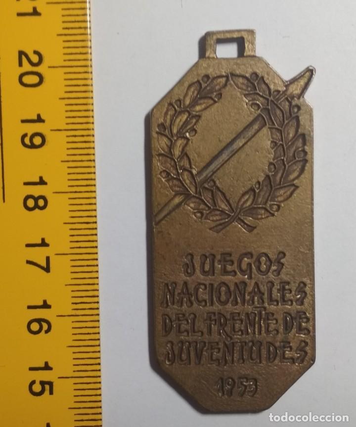 Coleccionismo deportivo: MEDALLA DE LOS JUEGOS NACIONALES DEL FRENTE DE JUVENTUDES 1953 (VOLEIBOL 1º CLASIFICADO)(FRANQUISMO) - Foto 4 - 183519377