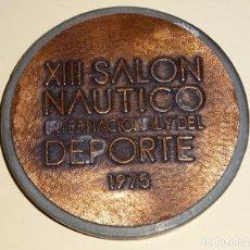 Coleccionismo deportivo: MEDALLA DEL XIII SALÓN NAÚTICO INTERNACIONAL DEL DEPORTE 1975. 60GR . Lote 183618308