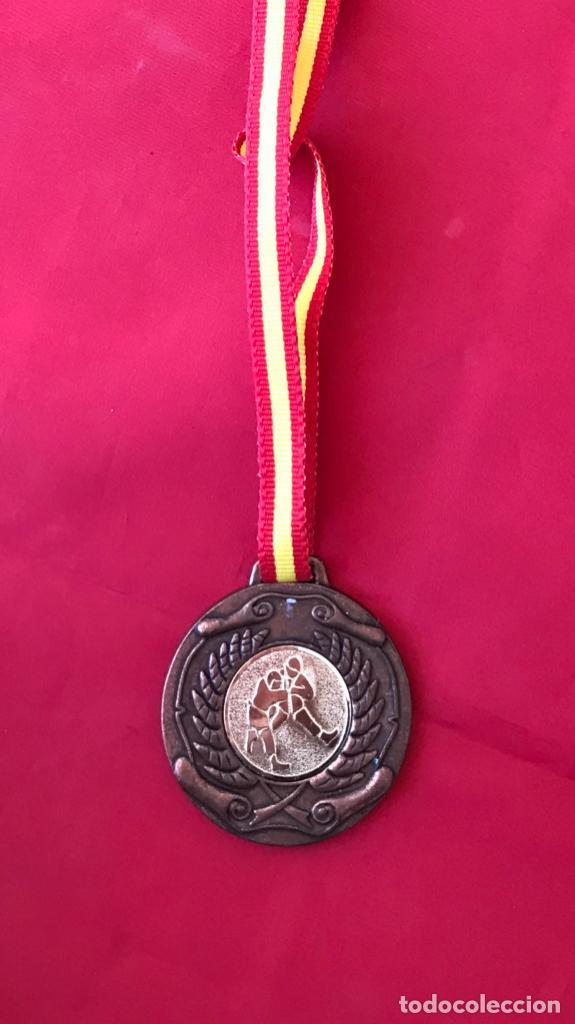 Coleccionismo deportivo: Antigua medalla judo artes marciales bronce laurel interclub cinta de españa - Foto 5 - 186152971